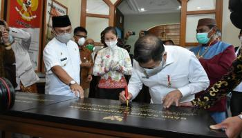 Usai Teken Prasasti Galeri Budaya Cinta Alam, Menteri Suharso: Luar Biasa!