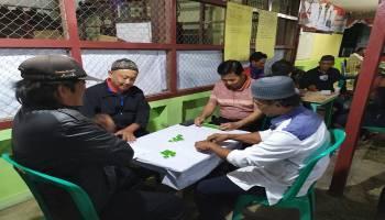 Meriahkan HUT RI, Bupati Ibnu Saleh Main Gaple Bersama Warga