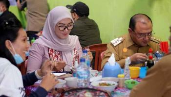 Mi Ayam Kho Atet Hangatkan Pagi Gubernur Erzaldi Sebelum Silaturahmi di Muntok