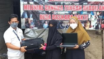 Milenial Bangka Tengah Keadilan Desa Baskara Bakti Terima Laptop dari PT Timah Tbk