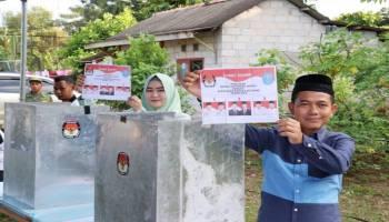 Mulkan Bersama Istri Jalan Kaki ke TPS 11 Karya Makmur