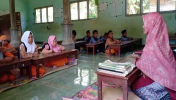 Murid SD 17 Muntok Belajar Duduk di Lantai, Kepala Dinas Pendidikan tidak Mau Ditemui