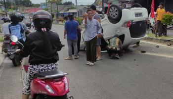 Niat Nonton Pertandingan Bola, Mobil Dikendarai Salam Terbalik di Jalan Sudirman Toboali