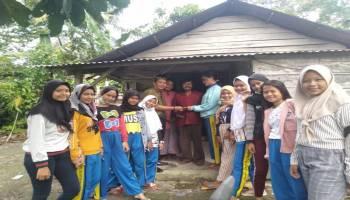 Nurdin Bayu Bersama Siswa SMP N 5 Sungailiat Berikan Bantuan Kepada Bunga Korban Kecelakaan