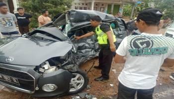 Pecah Ban Di Desa Serdang, Mobil Ayla Hantam Granmax.