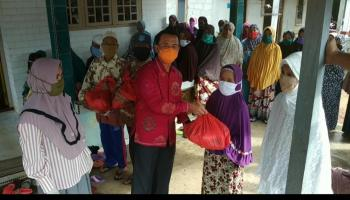 Peduli Covid-19, Ketua DPC PDI Perjuangan Kabupaten Bangka Didampingi Istri Bagikan Sembako di Desa Jada Bahrain