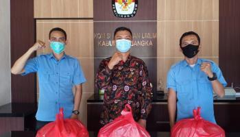 Peduli Dampak Covid-19, KPU Bangka Bagikan 25 Paket Bahan Makanan