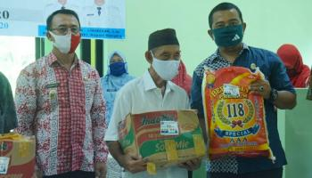Peduli Dampak Covid-19, Wakil Ketua I DPRD Bangka dan Wakil Bupati Bangka Bagikan Sembako Tahap II Di Belinyu