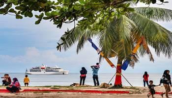 Pelayaran Wisata Perdana, Kapal Coral Adventurer Cruise asal Australia Berlabuh di Kota Muntok (2)