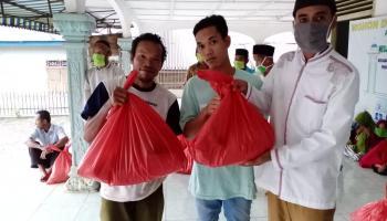Pemdes Tuik Berbagi Menu Berbuka Puasa Kepada Warga di Tengah Pandemi Covid-19