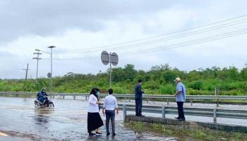Pengendara Jalan Pangkalpinang-Sungailiat Terobos Banjir di Sejumlah Titik
