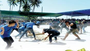 Perang Ketupat Tradisi Menjalin Silahturahmi