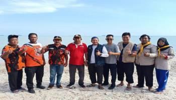 Peringati HPN ke 35, Jurnalis Sepintu Sedulang Gelar Bersih Pantai dan Bakti Sosial