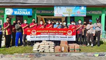 Peringati HUT ke 75 Bhayangkara, Polsek Payung membagikan Beras dan Gotong Royong