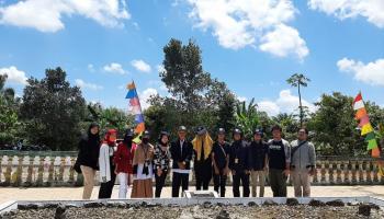 Peringati HUT ke-75 RI Mahasiswa KKN Desa Kimak Ziarah ke Makam Pahlawan Depati Bahrin