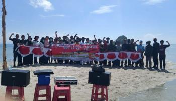 Peringati HUT RI, KKN UBB Desa Deniang Gelar Upacara Bendera di Tiga Titik Pulau Simbang