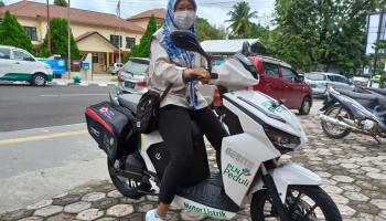 Pertama di Indonesia, Petugas PMI Ambil Kantong Darah Gunakan Motor Listrik