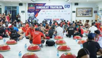Peserta Sungailiat Triathlon Makan Siang dengan Tradisi Nganggung