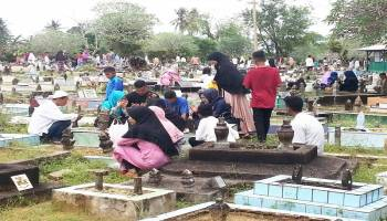 Peziarah Padati Tempat Pemakaman Umum