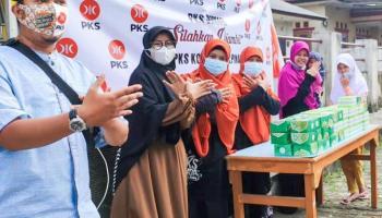 PKS Pangkalpinang Berbagi Takjil Gratis untuk Masyarakat dan Pengguna Jalan