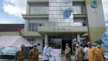 PLN Babel Salurkan Bantuan APD Kepada RSUD Depati Bahrin Melalui Program CSR PLN Peduli