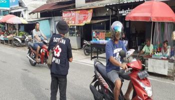 PMI Babar Bagikan 250 Masker Kain ke Pengendara