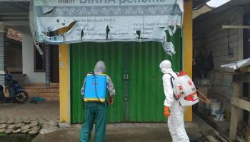 PMI Babel Bersama Tim Gustu Covid-19 Semprotkan Disinfektan ke Pemukiman Warga