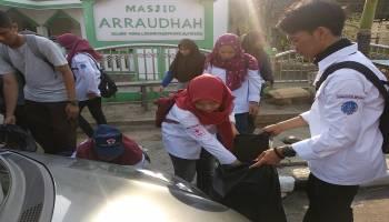 PMI Babel Kerahkan 30 Relawan KSR dalam Aksi Bersihkan Sampah