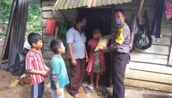 Polsek Kelapa Salurkan Bansos Kepada Warga Yang Terkena Dampak Covid-19