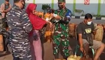 Posmat TNI AL Toboali Ingatkan Prokes Kepada Nelayan Binaan Saat Antri BBM