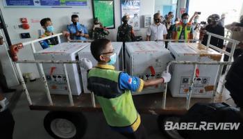 Potret Saat Vaksin Covid-19 Tiba di Bandara Depati Amir Pangkalpinang