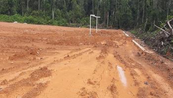 PPK Sapras Olahraga Desa Bedengung Tunggu Cuaca Panas untuk Merapikan Lapangan Bola