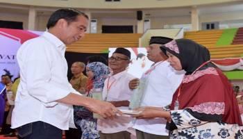 Presiden Serahkan 2.081 Sertifikat Hak Atas Tanah untuk Rakyat di Bangka