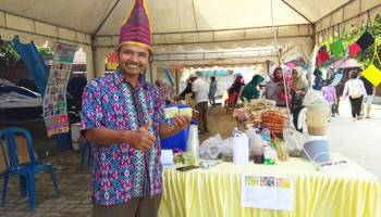 Produk Buah Pinang Curi Perhatian Pengunjung Pantai Tongaci