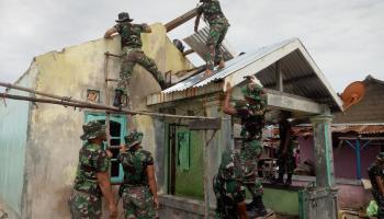 PT Timah Dan Kodim 0431Bangka Barat Bantu Renovasi Rumah Korban Angin Kencang