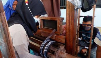 PT Timah Latih Warga Desa Kota Kapur Buat Kerajinan Lidi Nipah