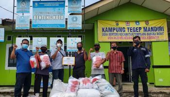 PT Timah Serahkan Bantuan Jaring Udang ke KUB Nelayan Trisa Indah