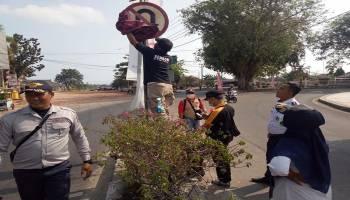 Puluhan Orang Bersih-Bersih Rambu Jalan dari Simpang Perlang sampai Arung Dalam