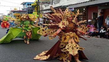 Puluhan Peserta Fashion Carnaval Berlenggak Lenggok Sepanjang Jalan Jenderal Sudirman