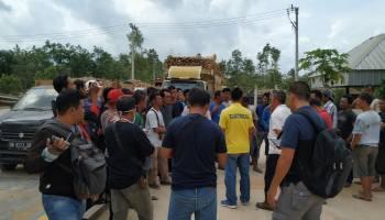 Puluhan Petani Ubi Kasesa Sesalkan Kebijakan Bupati Bangka Untuk Tutup Sementara PT. BAA
