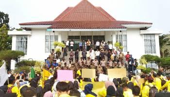 Ratusan Mahasiswa Stisipol Pahlawan 12 Sungailiat Demo di DPRD Bangka