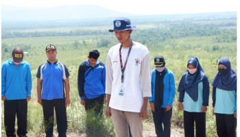 Rayakan HUT RI Ke-75, Tim KKN UBB Kibarkan Bendera Merah Putih di Atas Bukit Ibul