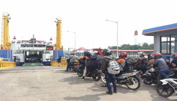 Ribuan Kendaraan Menyeberang Lewat Pelabuhan Tanjung Kalian Muntok