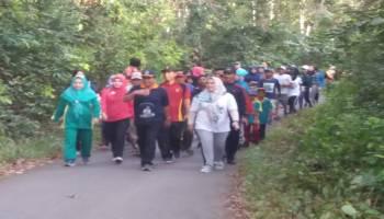 Ribuan Warga Namang Antusias Ikut Jalan Sehat Bersama Bupati