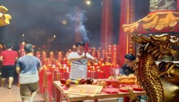 Ribuan Wisatawan Sembahyang Imlek di Kelenteng Tertua di  Pangkalpinang