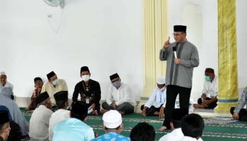 Safari Jumat di Masjid Al-Musa'adah Batu Betumpang, Gubernur Erzaldi Bagikan Bantuan