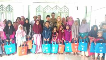Safari Ramadhan di Belinyu, Bupati Bangka Bagi-Bagi Kain Sarung