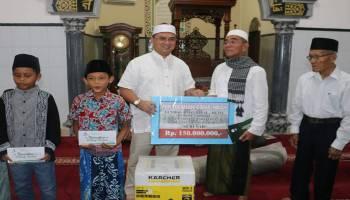 Safari Ramadhan ke Parit Tiga, Gubernur Babel Serahkan Bantuan Peralatan Masjid