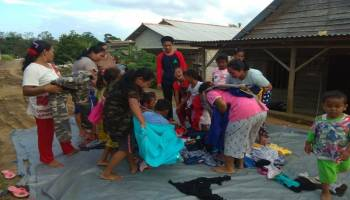 Sahabat JCA Simpang Rimba Berbagi Pakaian Layak Pakai di Desa Gudang