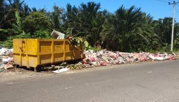Sampah Berserakan Menebar Bau Busuk, Hanya 20 Meter dari Pintu Gerbang Perkantoran Gubernur Babel